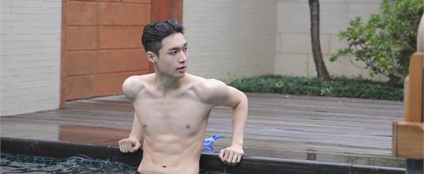 张艺兴泳池半裸秀肌肉 120斤身材有点让人傻眼