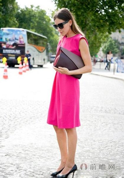 搭配tips:玫红色背心连衣裙+深色大手包