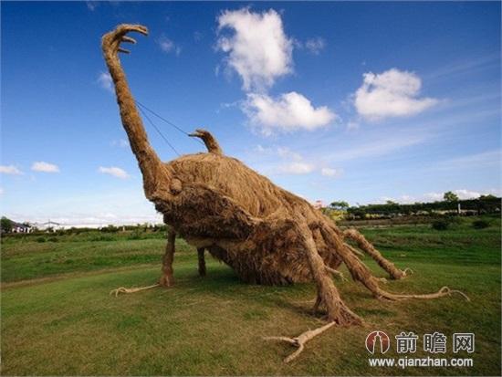 """在日本秋天水稻收获,留下的就是这些稻草,在一些农村地区会将它们堆叠干燥,但也有一个特殊用途,就是制作成稻草雕塑。日本的香川县和新泻县制作稻草雕塑最为有名,""""稻草艺术节""""就是一个大型稻草雕塑的展览,传统用途就是搭建茅草屋顶,现在它们就是大型的艺术品,如恐龙、坦克、大猩猩和招财猫等,创意十足而且每一个的雕塑结构坚固,让观众的身体与雕塑品互动,爬上去合个影都不成问题。"""