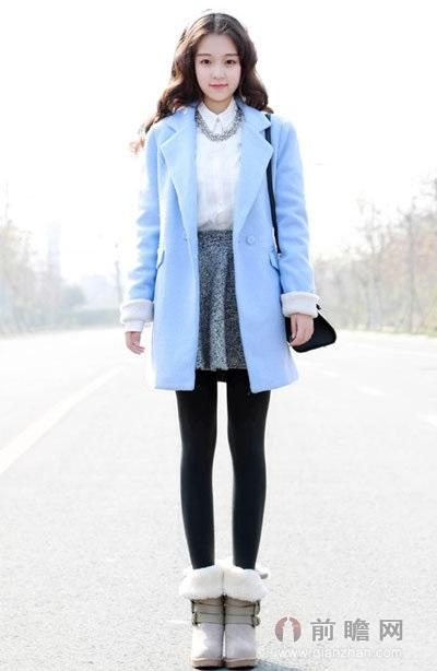 浅蓝色的毛呢外套,搭配毛绒短靴