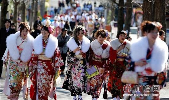 日本少女成人礼 迪斯尼公园奢华和服坐地铁过山车