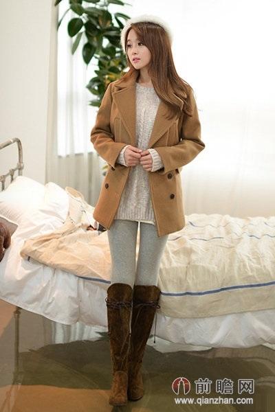 搭配示范:驼色翻领大衣+米白色针织毛衣+灰色打底裤