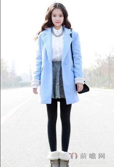 这件天蓝色的呢子大衣设计简约时髦