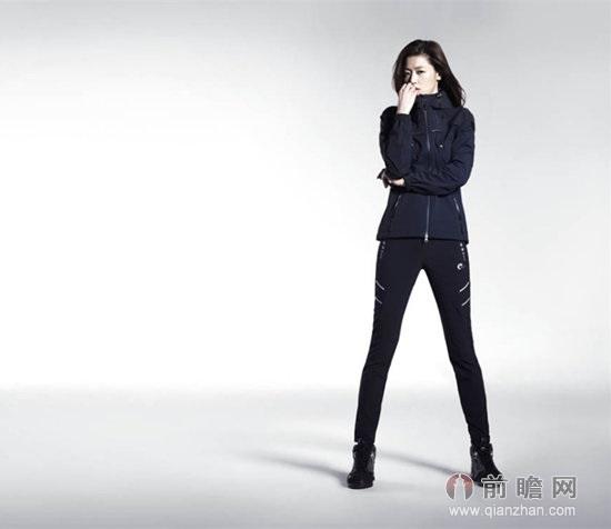 近日,韩国女星全智贤为某户外运动品牌拍摄2014年春夏的广告写真,全智贤在写真中身穿多款品牌的户外活动服饰,展示了与《来自星星的你》中巨星千颂伊相似的活泼和明朗魅力。  全智贤出生于1981年10月30日,毕业于东国大学话剧影像专业。1997年从事模特行业,出现在一系列电视系列作品当中,之后于1999年发布了电影《白色情人节》。又于2000年出演《触不到的恋人》,并获成功。 2001年,全智贤凭电影《我的野蛮女友》一跃成为韩国顶级女星。2014年时隔13年首次复出电视剧场,出演《来自星星的你》。