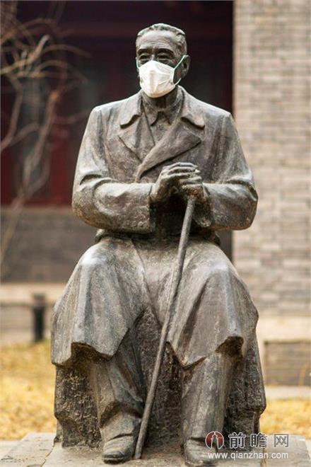 北大校园雕塑被戴口罩