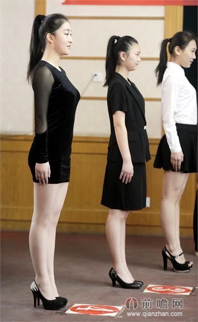 考生们正穿着短裙进行平抬手臂下蹲