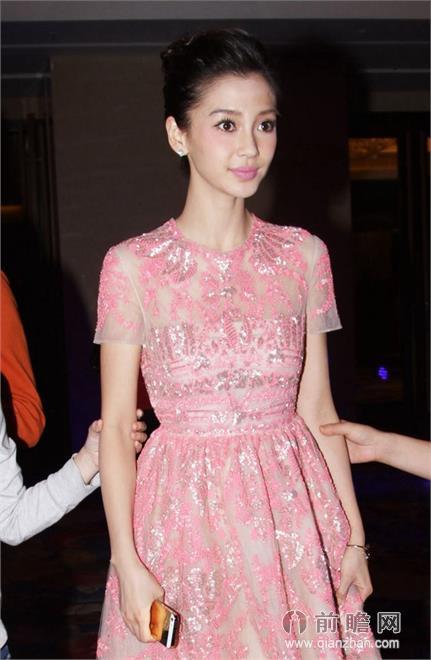 当天她一袭粉色长裙甜美似公主