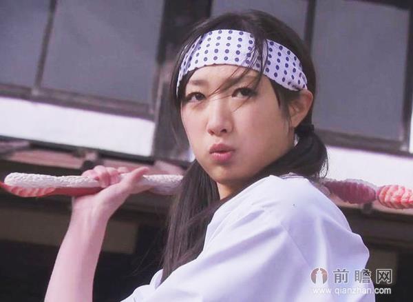 22岁日本空手道美女以头碎瓦震惊网友