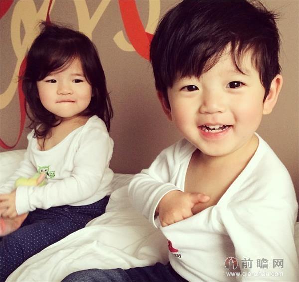 近日,台湾一对龙凤胎宝贝的照片在微博热传,小女孩和小男孩的生活瞬间都被家人用镜头记录下来,萌趣可爱,网友狂呼想生孩子。好多MM都会戏言说想生一对龙凤胎宝贝,看完这组图,是不是更想要一对可爱的宝宝了~!北鼻,你们要不要这么可爱!