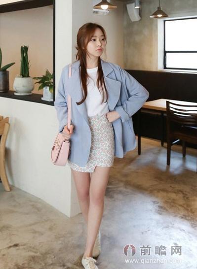 搭配裸色系平底鞋与粉蓝色风衣