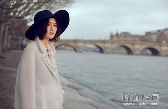 周笔畅摘眼镜巴黎写真 长裙尽显法式优雅
