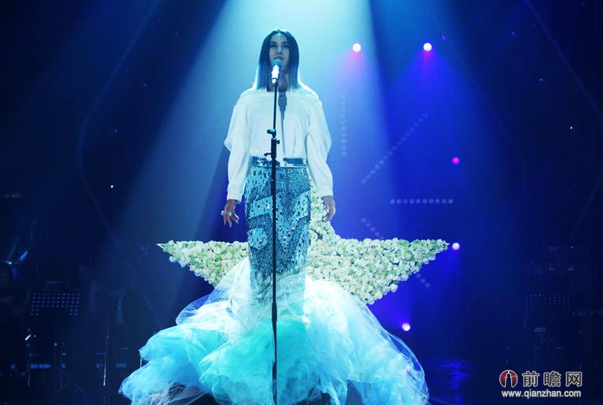 《我是歌手双年巅峰会》歌喉对决拼品味 尚雯婕人鱼长裙惹眼
