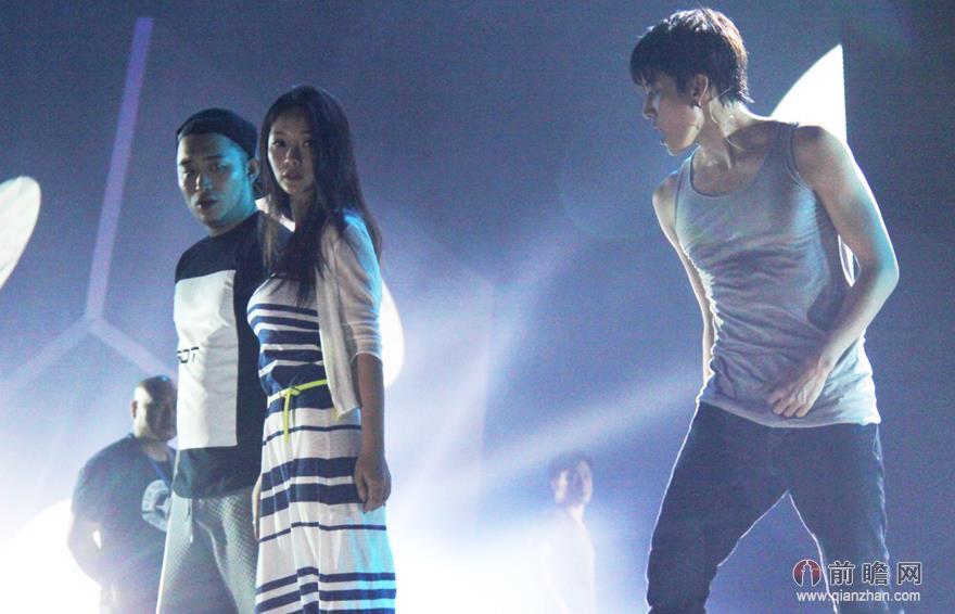 柳岩与 泰国美男 Mike 性感 贴身热舞 掀背心令人图片