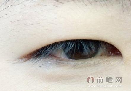 单眼皮MM很多时候会羡慕那些拥有双眼皮的美眼女生,常常梦想着自己也能拥有一双勾魂大眼。 眼妆是整个脸妆的重点,但是单眼皮或者内双的MM通常会苦恼于怎么画眼线,让本来显小的眼睛变得有神而又迷人,其实,单眼皮也分许多种,有的是古典美的丹凤眼式的单眼皮,有的是可爱的圆眼单眼皮,而在娱乐圈,也有许多单眼皮的明星通过画好眼妆散发出了别样的魅力,比如国际超模刘雯。下面小编教单眼皮或者内双的MM画眼线,让小眼也变得炯炯有神。  单眼皮和内双眼皮从视觉上来讲有一定的共同性,很多女孩子在化妆的时候比较头疼,为什么眼线画了一