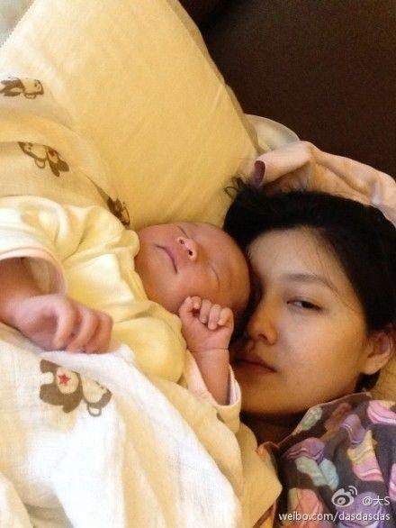 大s抱女儿睡觉素颜显疲态