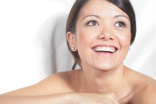 4、抽烟喝酒 尼古丁对皮肤血管有收缩作用,所以吸烟女性皮肤出现皱纹要比不吸烟女性提前10年到来。也即是说,如果你是一个抽烟者,看上去就会比同龄人衰老10岁。而喝酒会减少皮肤中油脂含量,促使皮肤脱水,间接影响到皮肤的生理功能。 5、喝水少 水是生命之源。让肌肤及时补充足够的水份,才是护肤之道的关键所在。如果水份摄取不足,会导致油脂分泌量不够,皮肤就很容易脱水,所以每天必须强迫自己喝8大杯的水,但是不要喝含有大量咖啡因的饮料。 6、缺乏