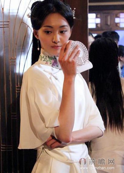 1/8 5月26日,正在横店热拍的电视剧《抓住彩虹的男人》的主演郑爽被