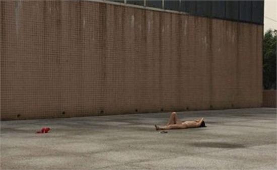 裸体�y.�9f_东莞一女子赤身裸体躺广场 胸罩内裤散落一地