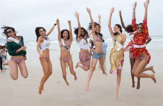 巴西海滩成就好风景 比基尼美女云集(图)