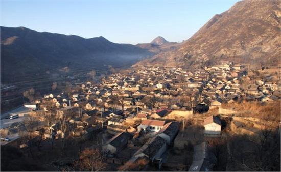 村自然风光秀美,文物古迹众多,其中东岭石人,西山莲花,南堂北眺,北山