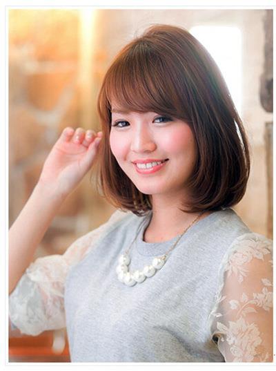 中长发发型修饰着女生的小圆脸,可爱甜美中又修颜小脸,卷动的发束增加