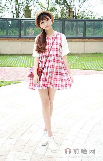 红白格纹连衣裙高腰设计不仅拉长了下半身的比例,还把肚腩巧妙地遮住