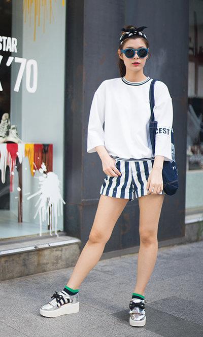 白色的七分袖圆领t恤和银色厚底运动鞋穿出了这个夏天大热的运动风格图片