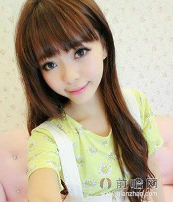 俏皮可爱的韩式烫卷齐刘海,层次感十足的刘海发型设计,搭配深棕色的