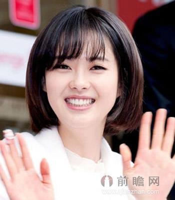 甜美的淑女系韩式短发烫发,齐肩的中短发加上烫发的设计,弧度感齐刘海