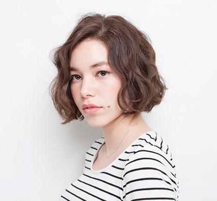 女生中短发烫发发型 清新俏皮有气质图片
