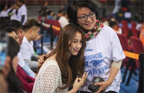 孙悦妻子陈露性感亮相北京男篮夺冠庆典 玉背半露秀纹身