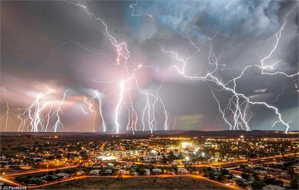 澳大利亚雷暴来袭黑夜变白昼似科幻大片 上万户家庭停电