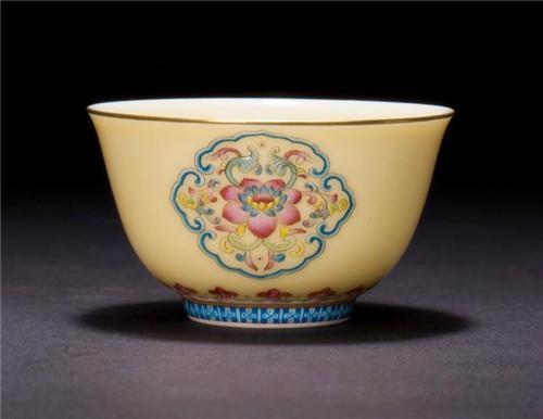 圣大陶瓷 功夫茶杯娇黄釉珐琅彩如意团花纹