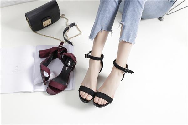 Miss精灵鼠女鞋 中高跟一字扣带凉鞋