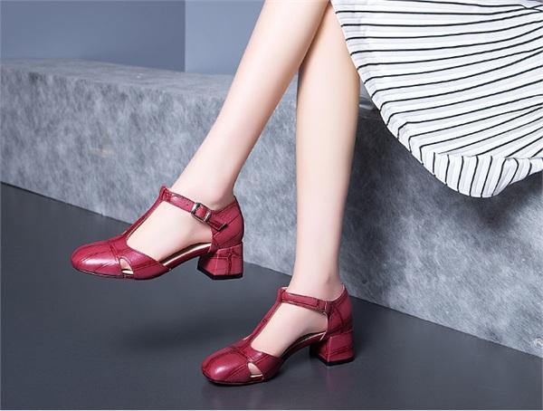 多米洛 镂空复古粗跟方头鞋
