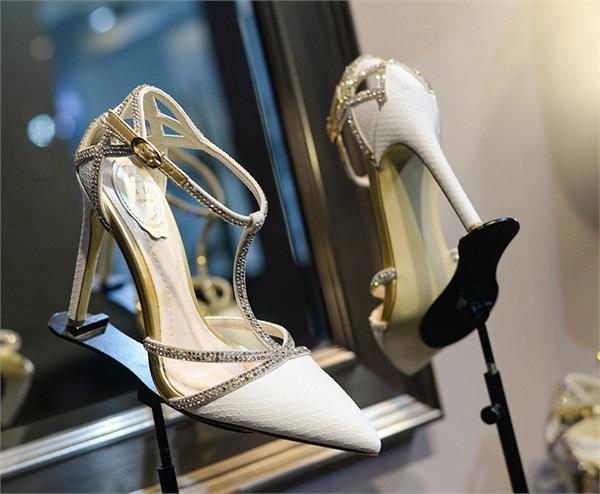 欧范儿女鞋 白色蛇纹真皮尖头高跟鞋