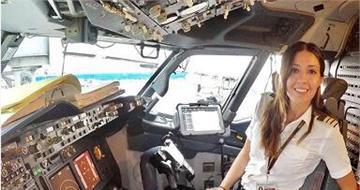 美女飞行员晒性感制服照成网红:吸粉无数
