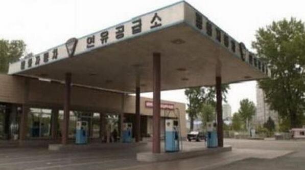 朝鲜平壤油价暴涨 加油站仅能提供有限度服务    昨日,据外国媒体报道称,朝鲜首都平壤油价突然暴涨,并且市内多个加油站,站点仅仅提供有限度服务,至于限购原因目前尚且没有得到正式的回应。但有媒体表示,本次限购与油价大幅上调有很大的关系,当地已经陷入了用油荒。    据了解,从本周三开始,朝鲜首都平壤市内就有多个加油站外排起了长长的车龙。而在这些加油站内都张贴着一张告示,表示目前加油站只提供有限服务,并且只向那些持有外交牌照的汽车出售汽油,虽然外交人员仍然能够正常的加油,但价格相比以往已经大幅度上涨,目前每公斤汽油的价格为1.25美元,比早前售价上涨了5角半。    有报导指加油站有限度提供服务,是源于当地已经陷入油荒,但也有报导指事件与上调油价有关。    还有媒体注意到,在加油站公告出示公告之后,前来加油的其它朝鲜本地车辆同样都在被告知没有汽油后,纷纷驾车离开了加油站。事后,一位外交人员告诉记者,虽然外交人员能够去加油,但价格已经大幅涨价,达到每15kg汽油22.5美元。    另一位在朝鲜长期工作的中资机构负责人对媒体表示,他在朝鲜工作多年,外交团加油站暂停营业还是第一次遇到,也许此次只是为了上调汽油价,过几天就能恢复正常,但也有可能届时朝鲜会全面上调汽油价格。