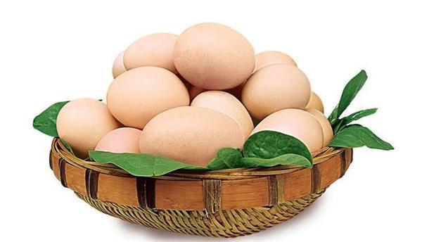 """这段时间,全国农产品市场颇不太平,前有山东红蒜薹价格大幅下降,近有鸡蛋价格跌回十年之前,引发了广泛关注。 河北省是蛋鸡养殖大省,鸡蛋产量居全国第三。河北省农业厅提供的数据显示,今年第20周,河北省鸡蛋为每公斤4.76元,和去年同期比下降33.7%。受此影响,蛋鸡养殖陷入深度亏损,养殖企业举步维艰,产业震荡剧烈。 河北省一家养殖大户从1992年开始养鸡,经过多年发展,现在蛋鸡存栏12万只。他说,养了这么多年鸡,就没遇到过这么差劲的时候,""""2014年,鸡蛋价格高时,像我们这种规模的养殖场,一年就可以赚到二、三百万元以上。现在,三天就赔一万元,快把老本都亏出去了。"""" 其实,不仅河北这样,全国的鸡蛋行情都不太好。今年以来,鸡蛋价格持续下跌,年初市场价格一度创下10年新低。进入5月份,鸡蛋价格仍在下跌。农业部监测显示,2017年第20周(2017年5月15日-21日),鸡蛋周均价每公斤5.04元,环比跌2.3%,同比降30.7%。 至于原因,专家认为,在这轮农产品价格下跌中,供需矛盾体现得较为明显。以鸡蛋为例,一方面消费低迷市场疲软,另一方面则是存栏量大幅增加。 想要改变这种局面,稳定农产品价格,既要引导农民进行规范生产,做好信息服务,同时警惕游资对农产品进行炒作,防止农产品爆炒伤及经济健康,政府可通过""""有形之手""""抑制过度投机炒作,为农产品产业链健康发展提供支持。"""