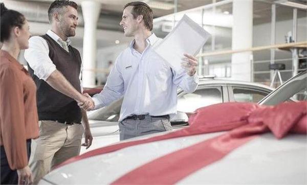 新汽车销售管理新政七月实施 汽车超市来了购车者迎福音    转眼已经是6月中旬了,还有半月的时间就要进入万众期待的7月份了,因为从今年7月份将会有一系列关于汽车的政策改革出台,例如车船税率调整、交强险费率改革、全面扣分制开始实行。但其中对消费者最有利的还是新的《汽车销售管理办法》将在7月1日开始正式实施。    那具体的规定都有哪些呢?    第一、经销商不得捆绑销售,关注汽车的人都知道汽车降价的事情,但天上不会掉馅饼,以往在降价的同时则会有捆绑保险、上牌、金融等服务。看似降价的便宜,实际上已经掉入了陷阱。新的《汽车销售管理办法》出台之后,捆绑销售将被取消,也就意味着以后降价是实实在在的降价。    第二、打破汽车品牌单一授权体制,以往一个4S点只能出售一个品牌的汽车,那是因为4S店要获得销售汽车必须得到品牌和厂商的授权,而且是单一授权。在新的《汽车管理办法》中规定,4S店可以同时出售多个品牌汽车,且无需向品牌商申请,只需要告知一声,汽车超市出现了。    第三、打破区域销售限制,买过车的人都知道,同一品牌在不同区域销售,其价格是不一样的,有一些地方会比较便宜,但是品牌商会会对户籍进行限定。新的《汽车销售管理办法》规定,车辆供应商和经销商,在售车过程中,均不得限定消费者的户籍所在地,如有违者将被处罚。    第四、交车时需交汽车合格证,汽车合格证是一辆汽车能否上牌的凭证,没有汽车合格证将无法上牌,很多4S店还没有拿到汽车合格证就交车,这严重影响了消费者权益。从7月1日起,当消费者提车时,4S店必须交付汽车合格证,否则可以拒绝提车,保障消费者合法权益。    总而言之,新政的实施会使我们买车会更加的自由,对卖车的会更加严厉,对消费者来说终归是一件好事。