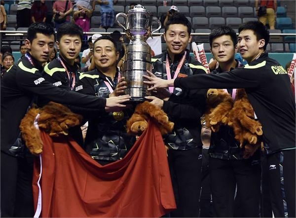 """国乒火了,比里约奥运会包揽四金火的更猛。 """"这一刻我们无心恋战…….只因想念您,刘国梁!""""6月23日晚,马龙、许昕、樊振东、秦志戬、马琳等运动员、教练员先后发布了这样一条微博。之后,男队部分球员退出了正在成都举行的中国公开赛。 此事迅速占领了各大媒体的头条,并在社交网络上引发巨大关注。很快,国家体育总局新闻发言人就国乒男队退赛事件表态,称这种行为造成了很坏的社会影响,将严肃处理。随后,中国乒协及参与该事件的队员通过微博发布了致歉信。 这件事的起因是一次职位调整。本周,中国乒协突然宣布刘国梁不再担任国乒总教练一职,新头衔为乒协副主席。此后,国乒也将不再设总、主教练岗位,官方给出的理由是:减少管理层级,推动国家队实现""""扁平化""""管理,提高训练备战效率和效益。 刘国梁被调离主教练岗位之后,原女队国手王楠的老公郭斌在社交媒体上公然发表了自己的不满,认为这次调整纯属胡来。郭斌的话引发了一些网友的讨论,但没有掀起多大的浪潮。真正让此事受到全民关注的,旧是本文开篇提到的""""罢赛事件""""。 用如此激进的方式表达对刘国梁的支持,可见这个""""不懂球的胖子""""对国乒,尤其是男队的影响力。从2003年出任男队主教练到2017年离开国家队,刘国梁在国乒教练岗位上干了14年。期间有过2004年丢掉男单金牌的失利,但他在随后三届奥运会上帮助国乒实现了所有金牌的包揽,可谓战绩显赫。 当然,刘国梁的功劳不仅仅局限在成绩上,他对国乒商业化的改造也有了非常明显的效果。尤其是在里约奥运会后,中国乒乓球队几乎成为了最受关注的中国体育代表队,一改国球没人看、关注度不高的尴尬。 众所周知,体育明星是一个项目商业化运作最好的角度之一,刘国梁很好的利用了这一点。于是乎,大家看到里约奥运会后,张继科、马龙、丁宁等高人气的球员频繁出现在各种综艺节目以及商业活动之中。粉丝们也相当买账,他们去到哪儿,迷妹追到哪儿。 高人气自然也吸引了赞助商的关注,广告代言势不可挡。不完全统计,张继科代言了美津浓体育品牌、华润怡宝矿泉水、Butterfly运动包系列、可口可乐、李宁超轻9跑鞋、蒙牛纯牛奶、平安车险、燕京啤酒、东风悦达起亚等,奥迪、李宁、伊利、科颜氏等品牌则被马龙收入囊中。在《体坛周报》公布的2016年中国体坛财富榜上,张继科以6000万的收入,仅次于孙杨,排名第二。 当然,刘国梁推崇的明星效应受益的不仅仅是运动员自己,而是整个国家队。反映最为明显的是,现在国乒的比赛有人看了。年初,国乒与腾讯合作,成为推出了地表最强12人——直通杜塞尔多夫队内选拔赛。不仅吸引了大量球迷前往现场观战,在网络上也引发了巨大关注。前不久结束的世乒赛,央视索福瑞提供的收视率也很能说明问题。为期6天的赛事中,中国共有2.02亿总观看人次,马龙和樊振东的男单决赛更是cctv5今年收视率第三高的比赛(前2名分别是中国足球队对阵韩国队和伊朗队)。 可以说,在刘国梁的带领下,如今的国乒已然走在了一条正确的道路上。但谁也没有想到,刘国梁会在这个时候被调离,而他的弟子们又会以这样的方式来表达对其的支持。 如今,体育总局已经公开表明要严肃处理,这是否意味着,刘国梁好不容易帮国乒积累起来的商业基础会毁于一旦呢? 其实,球员们并不是处在主导地位,关键看乒协想不想继续走这条路。 如果想,那么国乒的商业价值不会受到大影响。一方面,最大的王牌张继科并没有参与本次罢赛,而且也没有通过微博表达任何立场。只要他在,粉丝效应依旧强大。而且,女队也没有参与其中。另一方面,男队这次支援刘国梁的行为其实在网络上受到了不少人的肯定,与林丹出轨不同,他们的形象在大众心中并没有倒塌,甚至还有一定程度的加分。所以,即便受到惩罚,球迷依旧愿意支持他们,而这恰好是商业化的基础。 但如果乒协本来就不想再走这条路了,那处不处罚,结果都是一样,即便刘国梁回来,也难!"""