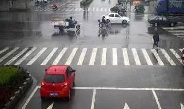 红灯时压线停车到底算不算闯红灯