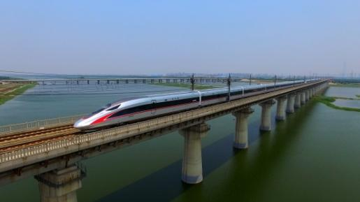 """中国经济发展的""""高速列车""""飞速前行"""