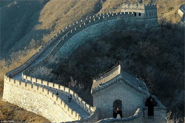 """美第一夫人登长城叹壮观 在北京动物园与大熊猫""""古古""""亲密互动"""