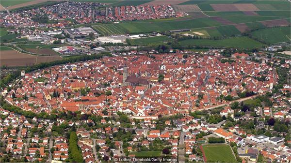 德小镇建筑镶钻石重达7.2万吨 当地居民:每天都见没什么稀奇的