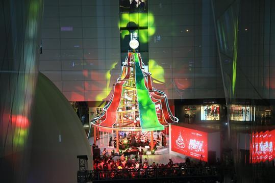 交响乐团在ECCO皮艺圣诞树下倾情演奏
