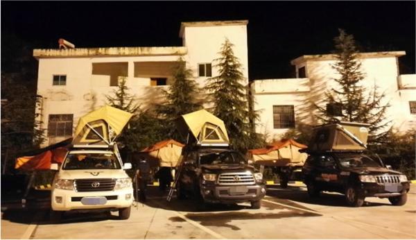 晚上高速服务区,没有提供住宿服务,没关系,打开车顶帐篷