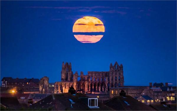 超级月亮现身夜空