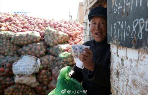 人民日报微博发布郑爷爷320斤梨卖10元的消息