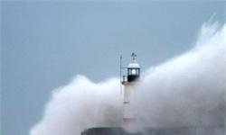 自然奇景!狂风巨浪袭英海岸 浪头高过海港灯塔